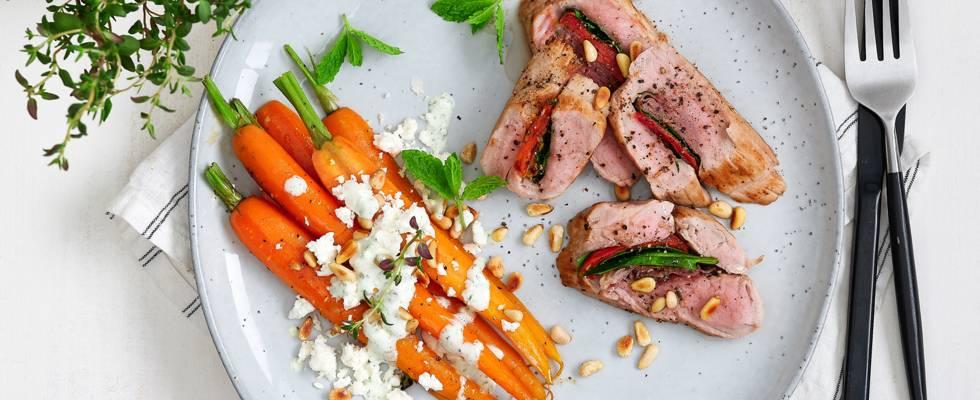 Gevuld varkenshaasje met zoete tijm-worteltjes, feta en kruidensausje